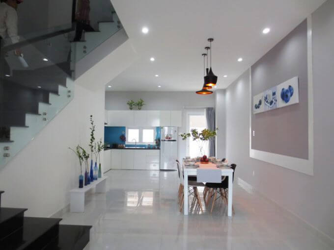 Không gian bếp và phòng ăn liên thông với nhau, rộng thoáng trong mẫu thiết kế nhà phố 3 tầng này.
