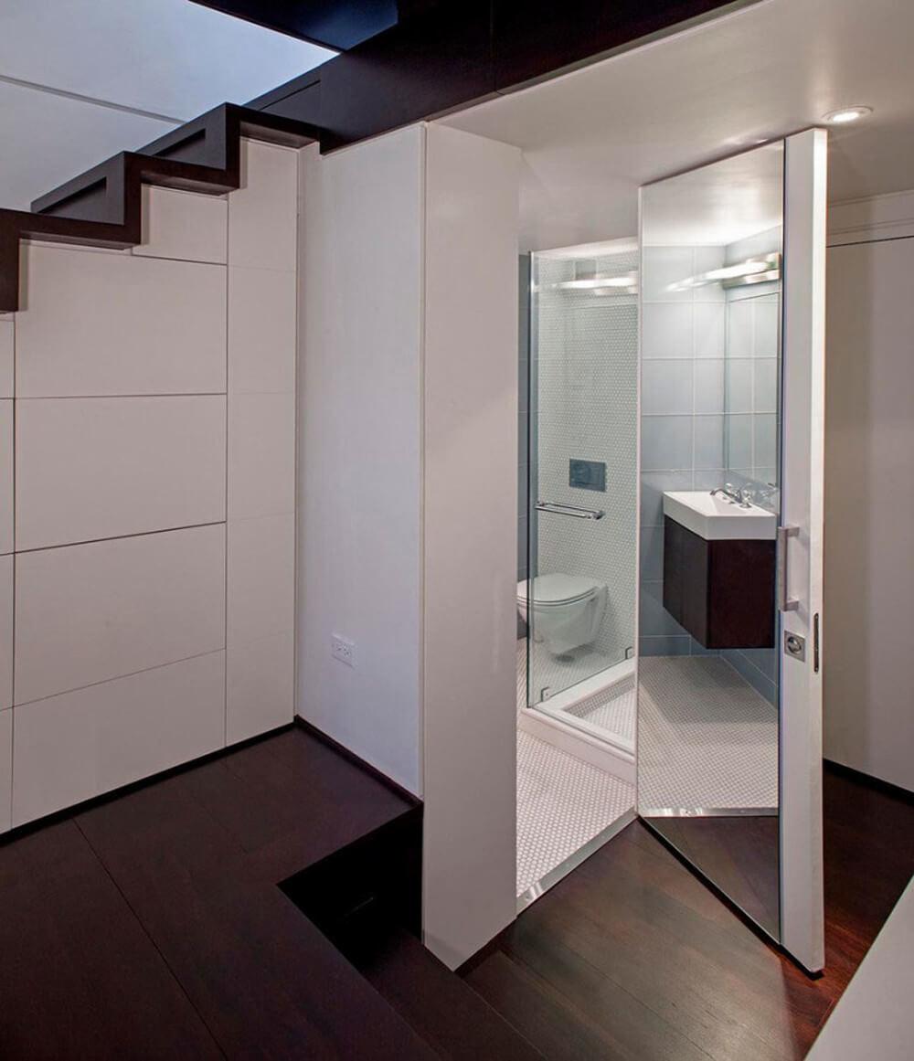 Thiết kế nội thất nhà 30m2, phòng tắm được bố trí dưới gầm cầu thang, vẫn đầy đủ chức năng mà lại tận dụng được diện tích.