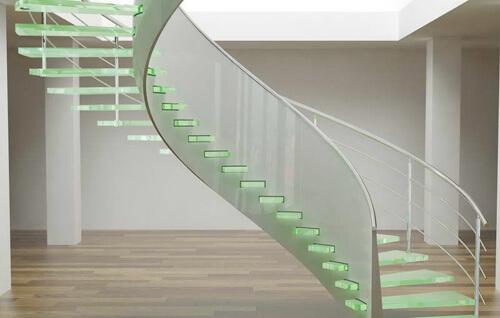 Cầu thang như kính lơ lửng giữa nhà với các bậc rỗng và phần tay vịn trong suốt.