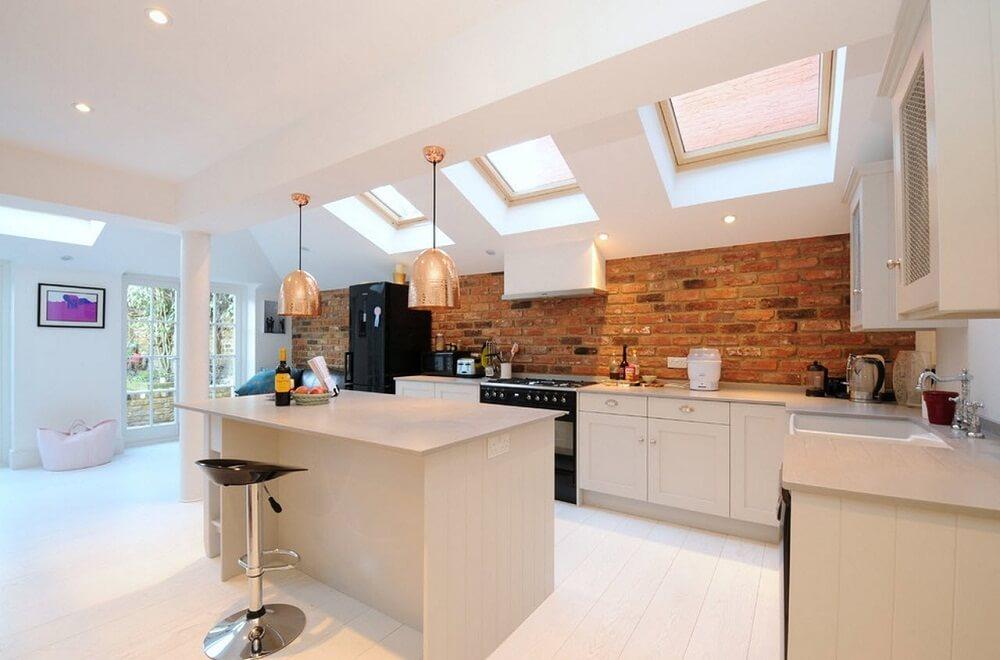 Với những mẫu nhà bếp đẹp theo phong cách đương đại, những bức tường gạch tạo ra một lớp bao bọc đầy ấn tượng cho căn bếp.