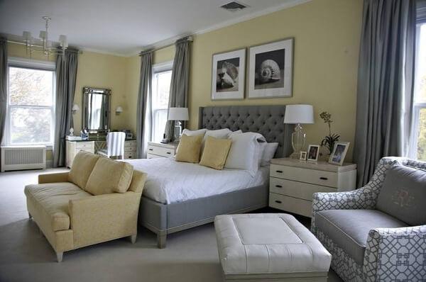 Sử dụng màu xám chủ đạo sẽ giúp phòng ngủ sở hữu một không gian tinh tế và hiện đại, nhấn nhá thêm những chi tiết vàng sẽ giúp bộ giường nổi bật và bớt nhàm chán hơn.