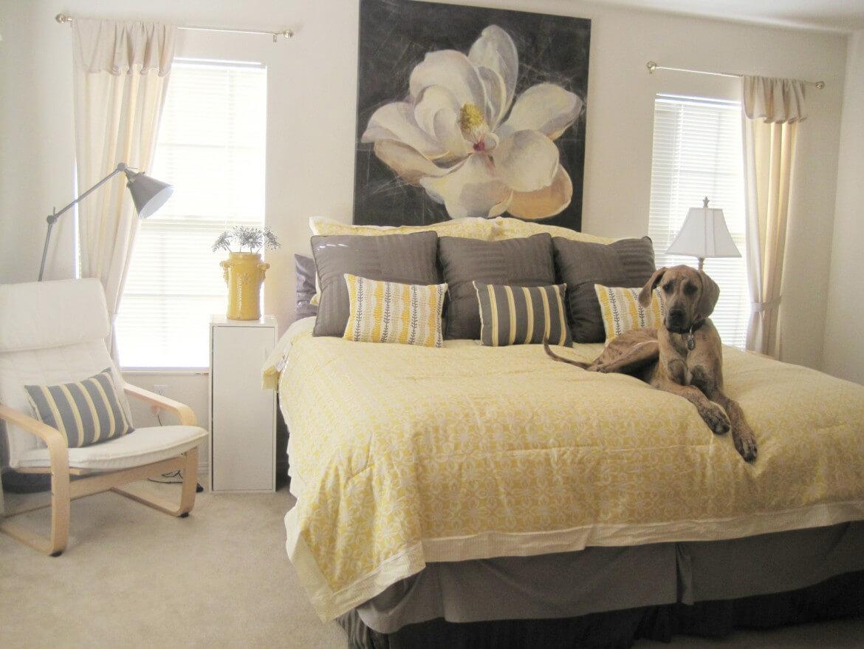 Một căn phòng ngủ với chiếc giường vàng xám đầy ấm áp và tinh tế với sự kết hợp giữa tông màu và màu sắc mềm mại chắc chắn sẽ là nơi lý tưởng để bạn có những giấc ngủ nghỉ ngơi thư thái mỗi ngày.