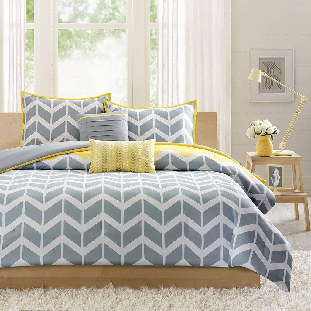 Kiểu họa tiết màu xám cực kì phổ biến và trẻ trung rất phù hợp với căn phòng ngủ của những người trẻ. Điểm xuyết đường viền vàng thêm nổi bật.