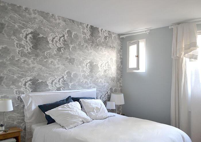 Phòng ngủ sơn tông màu trắng - xám và những đám mây như những con sóng biển xô bờ đẹp mắt.