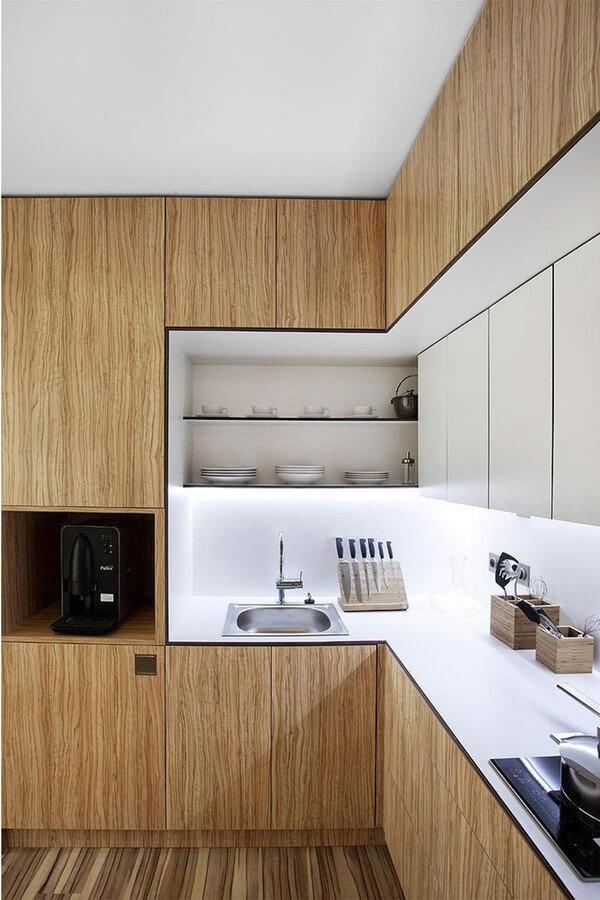 Không gian bếp, thiết kế gọn gàng với hệ tủ bếp hiện đại với gỗ làm vật liệu chủ đạo, đẹp ấn tượng sau khi sửa nhà chung cư này.