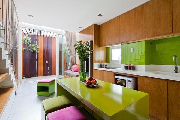 Hệ tủ bếp chữ I nhỏ gọn, tiết kiệm diện tích, trong mẫu thiết kế nhà này.