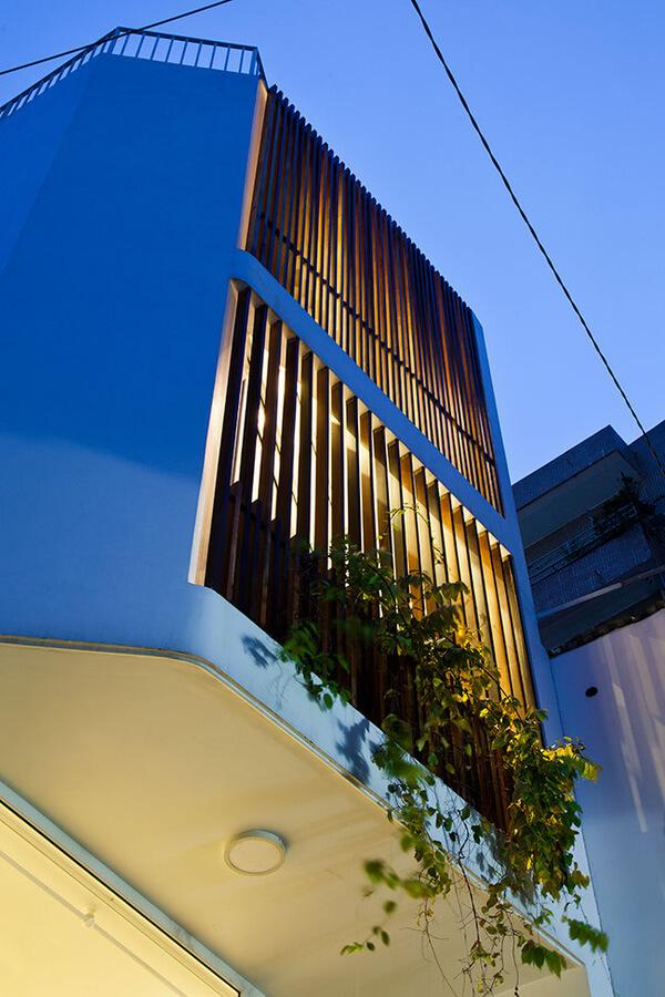 Hình ảnh toàn bộ căn nhà ống nhìn ban ngày và khi lên đèn, của mẫu thiết kế nhà này.