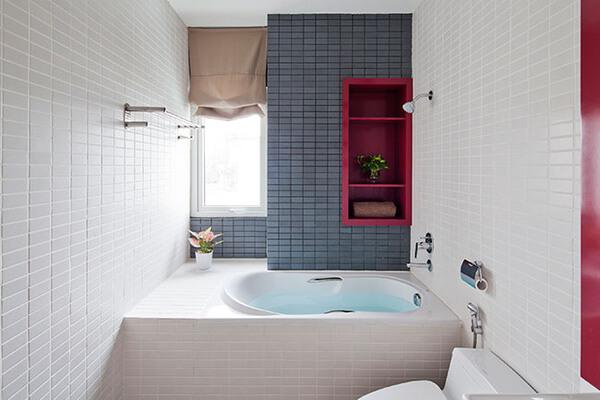 Phòng tắm của mẫu thiết kế nhà này, nhỏ xinh với những mảng tường trang trí rất sinh động và tươi trẻ.