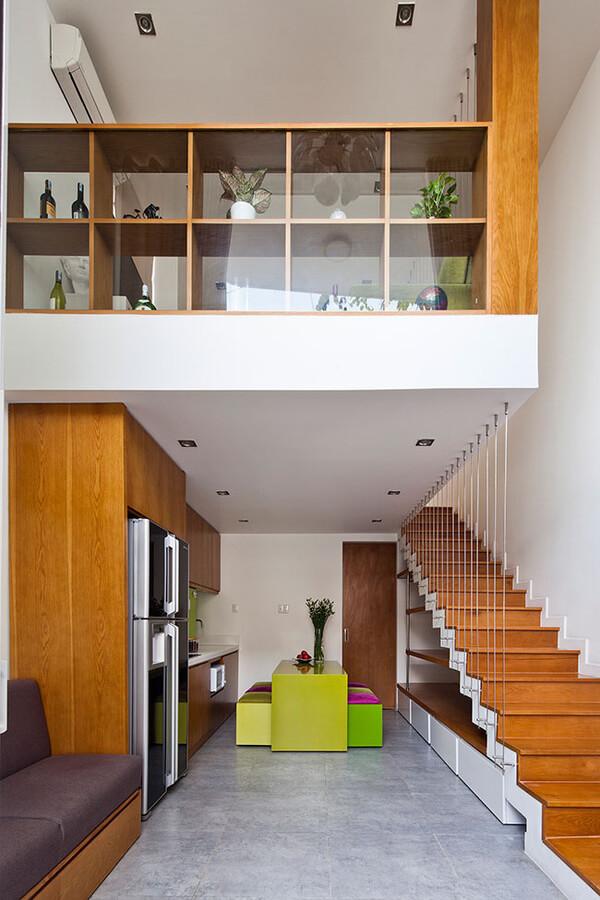 Thiết kế nhà, với Tầng một là phòng khách nhỏ liền bếp, bàn ăn. Phía sau cùng là kho và WC.