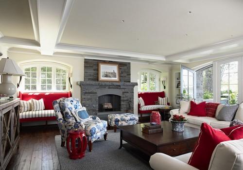 Thiết kế nội thất phòng khách này mang chút hơi hướng vintage với ghế bành in hoa nổi màu xanh dương và gối tựa sofa màu đỏ