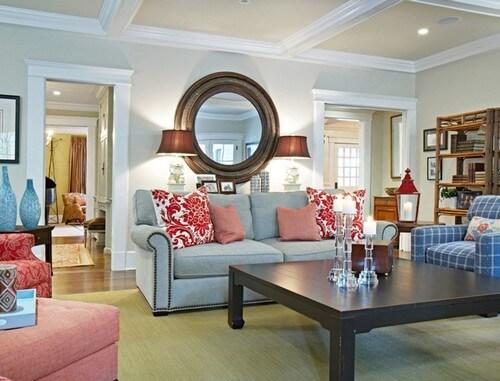 Phòng khách này kết hợp màu xanh dương nhạt của đồ trang trí với màu đỏ tươi trên gối tựa nhìn rất trẻ trung trong mẫu thiết kế nội thất phòng khách này.