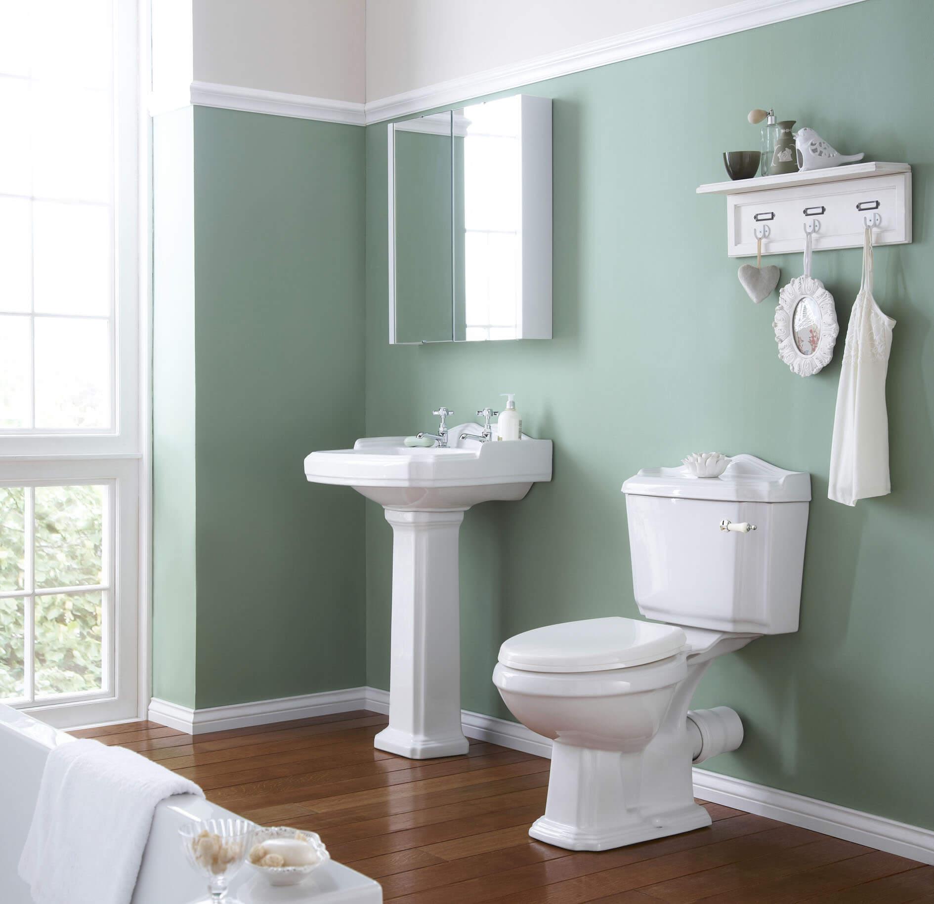 Nhà tắm bố cục sang trọng và gam màu vintage, trong thiết kế nhà cấp 4 này.