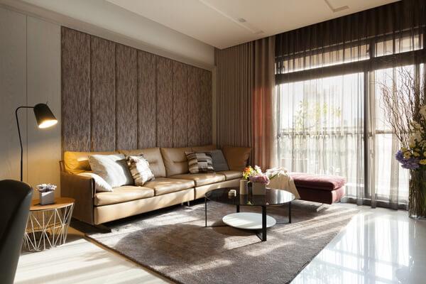 Mẫu phòng khách nhà cấp 4 sang trọng với tone màu nâu vàng nhã nhặn hợp với người mệnh Kim.
