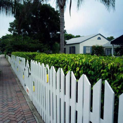 Sơn sửa hàng rào lan can với mầu trắng tinh khôi