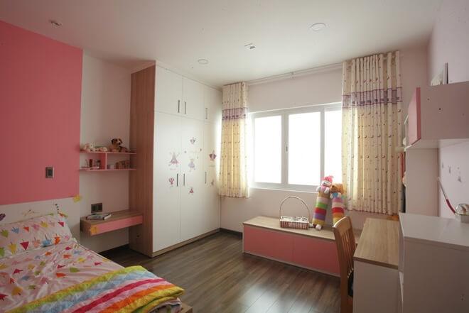 Nhà ông thiết kế phòng của các bé có diện tích vừa phải nhưng đầy đủ công năng với tủ đồ, bàn học, chỗ ngồi chơi bên cửa sổ và tông màu phù hợp với tính cách.