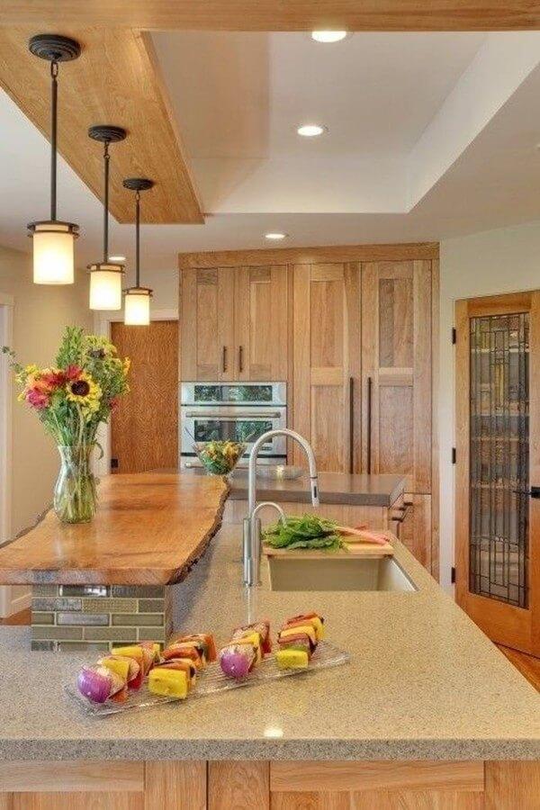 Ấn tượng nhất ở nhà bếp này có lẽ chính là chiếc bệ gỗ. Chỉ một tấm gỗ dài được đặt phía trên đã có thể biến thành góc trang trí rất bắt mắt.