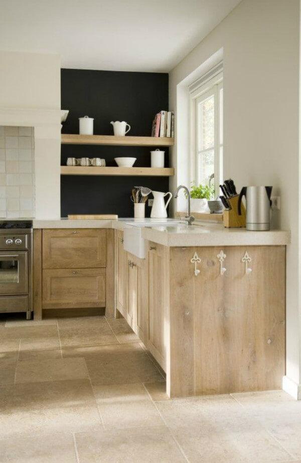 Mặt tủ bếp màu trắng kết hợp cùng thân tủ màu gỗ nguyên bản đủ để thấy sự giản dị của nhà bếp. Đặc biệt hơn, chủ nhà còn lựa chọn loại gạch lát sàn gần giống màu của gỗ khiến phòng bếp này càng thêm cảm giác mộc mạc.