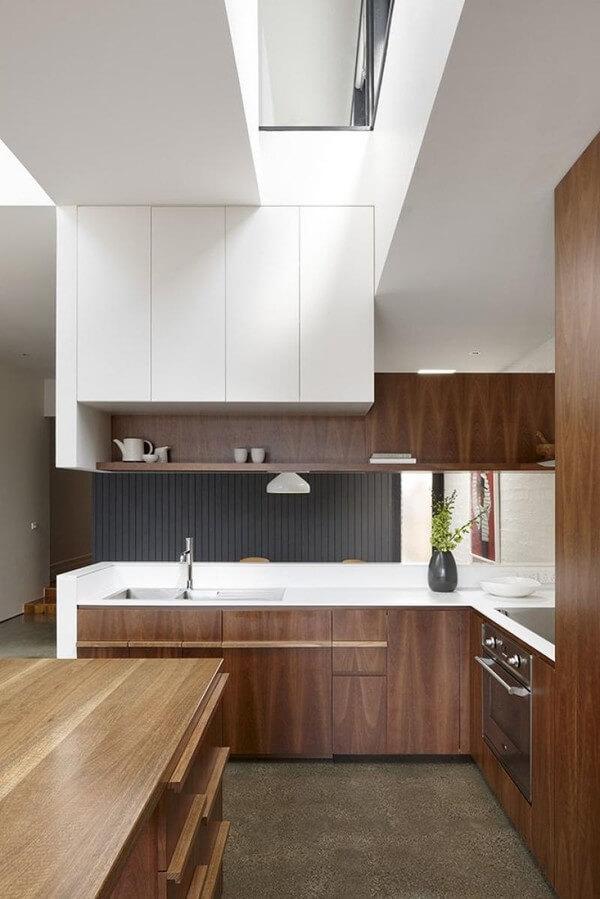Thiết kế nội thất nhà bếp với mặt bếp màu trắng kết hợp cùng hệ thống tủ bếp màu nâu trang nhã.