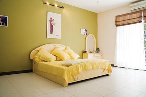 phòng ngủ với màu vàng hoa cúc sôi nổi