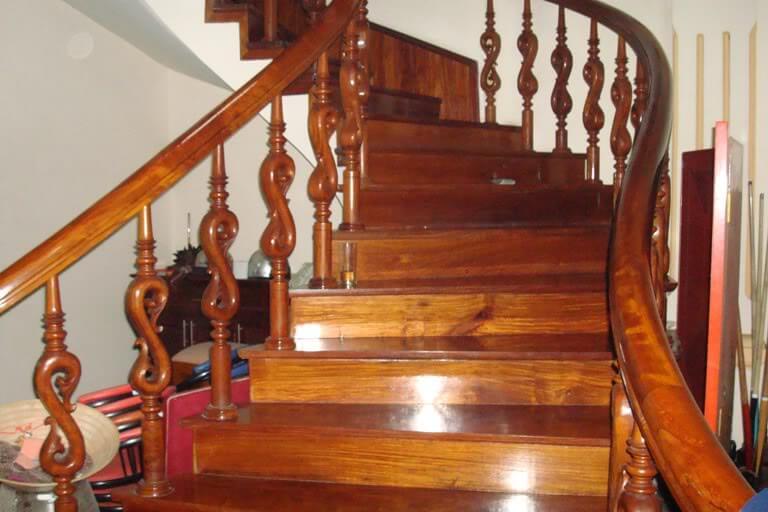 Cầu thang gỗ bóng loáng sau sửa chữa mối mọt