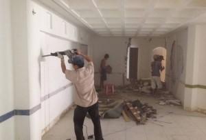 Quá trình cạo lớp chát bền ngoài tường