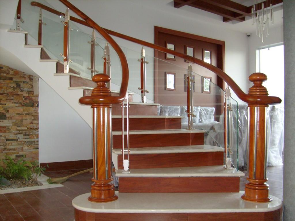 Sửa chữa cầu thang gỗ với vách ngăn kính đẹp