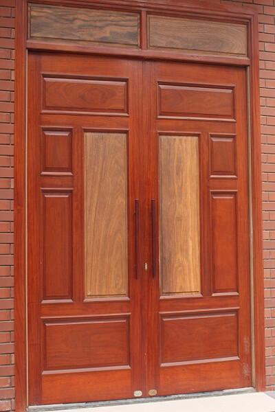 Cửa gỗ 2 cánh được làm bằng gỗ lim lào chất lượng cao