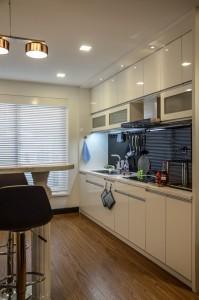 Khu bếp nấu kiêm tủ bếp đen trắng sang trọng