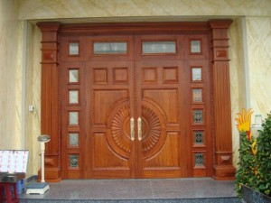 Mẫu cửa gỗ tự nhiên sang trọng giành cho biệt thự