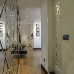 Tường gương quả trám nới rộng thêm diện tích hành lang