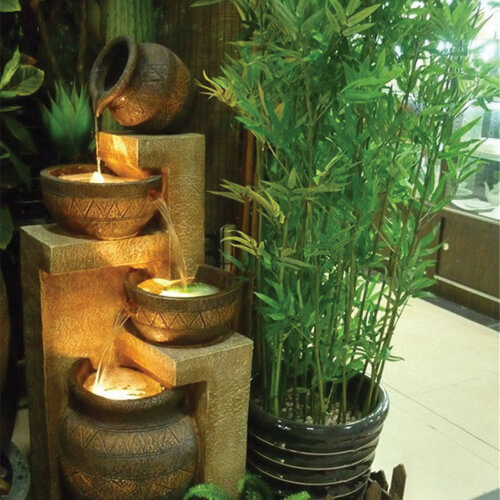 Mẫu ngôi nhà đẹp trước cửa có hàng cây xanh và nước tượng trưng cho hành mộc và hành thủy sau khi sửa chữa nhà theo phong thủy