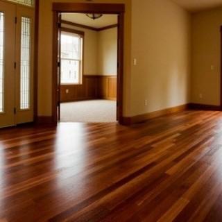 Sự khéo léo đặt các vật dụng màu sắc sàn gỗ tạo ra cảm giác dễ chịu cho người sử dụng