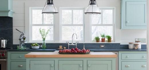 Hệ tủ bếp với tông màu xanh-trắng nhẹ nhàng mang lại cảm giác mát mẻ, với gợi ý cho nhà bếp nhỏ tiện nghi.