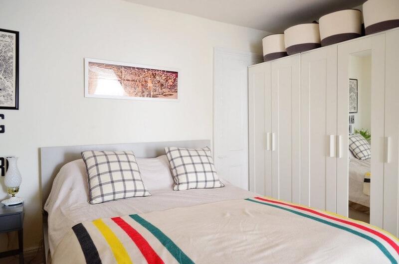 Mẫu nhà đẹp với phòng của hai vợ chồng, nhỏ nhưng vẫn tiện nghi với tông trắng.