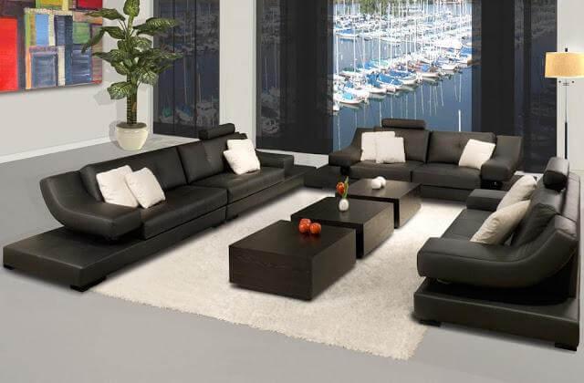 Sửa căn hộ có diện tích 95m2 trở nên thoáng mát tiện nghi với phòng khách có sofa chất liệu da đen tương phản với nền tường trắng, ấn tượng.