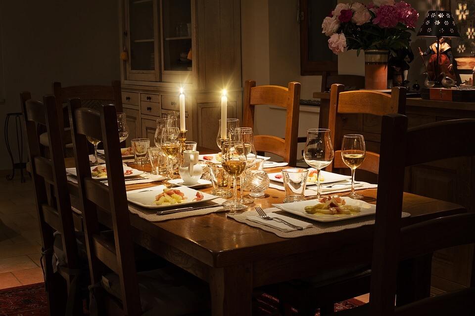 Một phong cách bàn ăn gọn gàng lãng mạn cũng được gia chủ rất thích