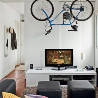 Thay vì bức tường đơn điệu, chủ nhân ngôi nhà dùng xe đạp lấp đầy khoảng trống, tạo nên một không gian đẹp, cá tính.