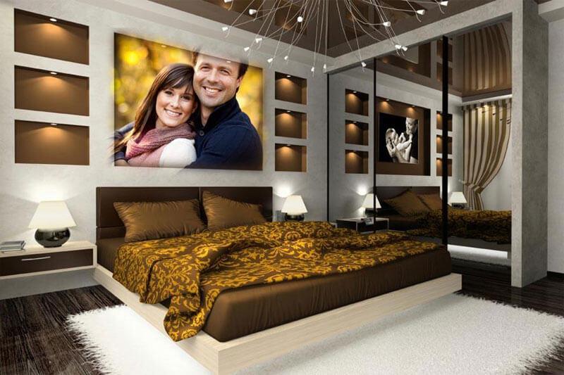 Ảnh 2: Với giấy dán tường vàng nhạt và tông màu trầm của gỗ phòng ngủ bố mẹ