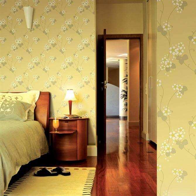 Với giấy dán tường vàng nhạt và tông màu trầm cửa gỗ phòng ngủ bố mẹ