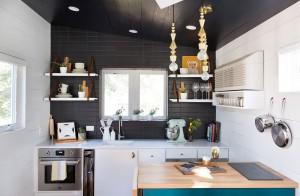 Phòng bếp được tô sắc chủ yếu bởi hai màu đen- trắng và cửa sổ thong thoáng của ngôi nhà 40m2