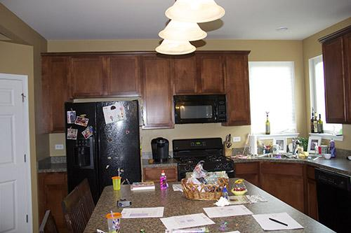 Sửa căn bếp chung cư cũ, hình ảnh căn bếp trước khi cải tạo chật hẹp khiến cho gia chủ cảm thấy nặng nề