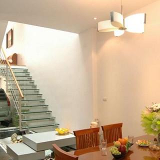 Ngôi nhà thiết kế có cầu thang làm bằng kính kết hợp với gỗ thoáng đãng và độc đáo.