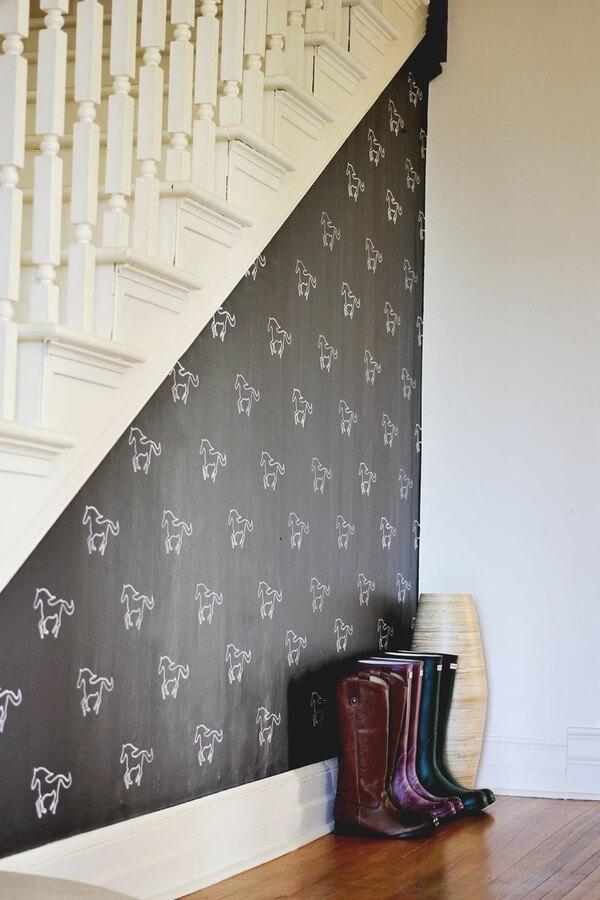 Bảng đen ấn tượng ở chân cầu thang