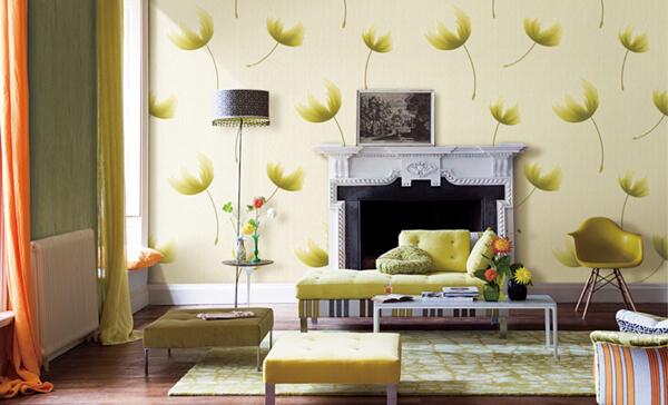 Bức tường được trang trí hòa đầy nghệ thuật với bộ bàn ghế và tủ đầy sắc màu