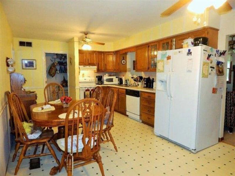 Căn bếp nhà chung cư trước khi cải tạo chật hẹp khiến cho gia chủ cảm thấy nặng nề