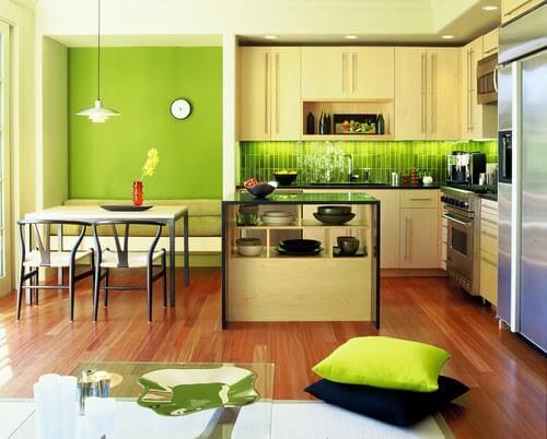 Sơn góc bếp đẹp với gam màu xanh, trắng, đỏ nâu của gạch và vàng của tủ bếp cho không gian bếp