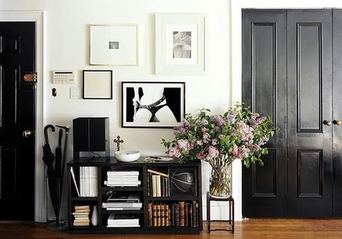 Sơn nhà với màu sơn đen trang trọng tương phản với trắng