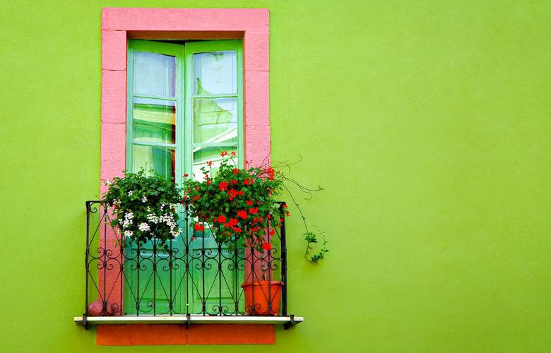 Theo một phong cách khác sẽ có một bức tường khác được ưu tiên tối đa cho khung cửa sổ lớn để tràn ngập ánh sáng vào phòng