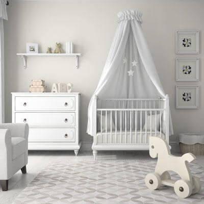 Phòng ngủ cho em bé với điểm nhấn là chiếc nôi cây đèn và chiếc ghế tạo được không gian riêng và thói quen độc lập cho con bạn ngay từ khi còn nhỏ