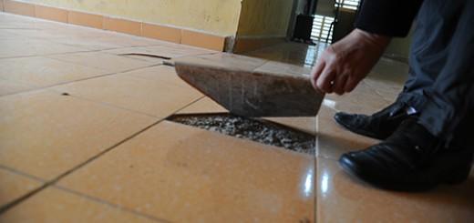 nền nhà bị phồng dộp gây mất mỹ quan cho ngôi nhà